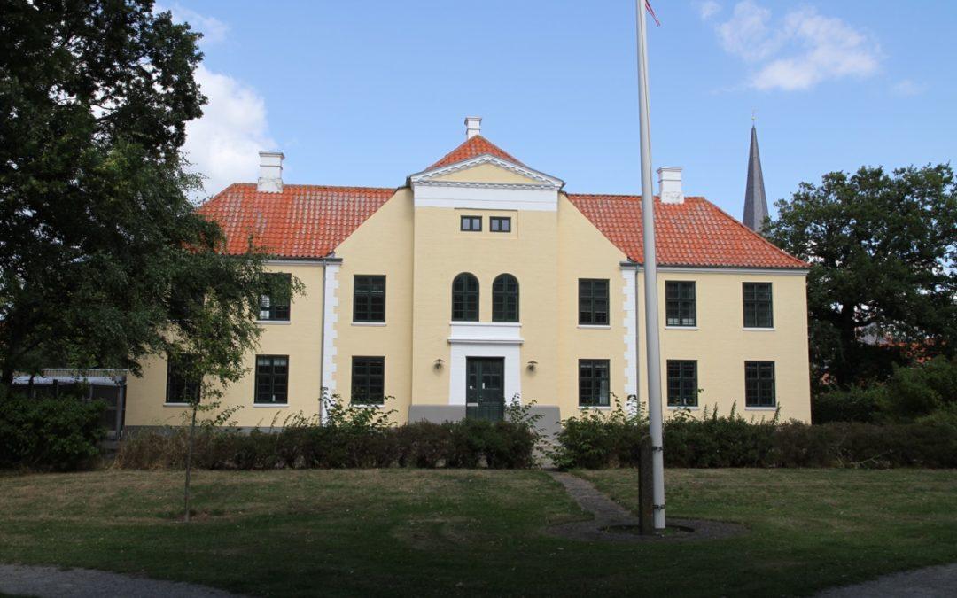 735 m2 unik ejendom – med central placering – i Løgstør udbydes til salg